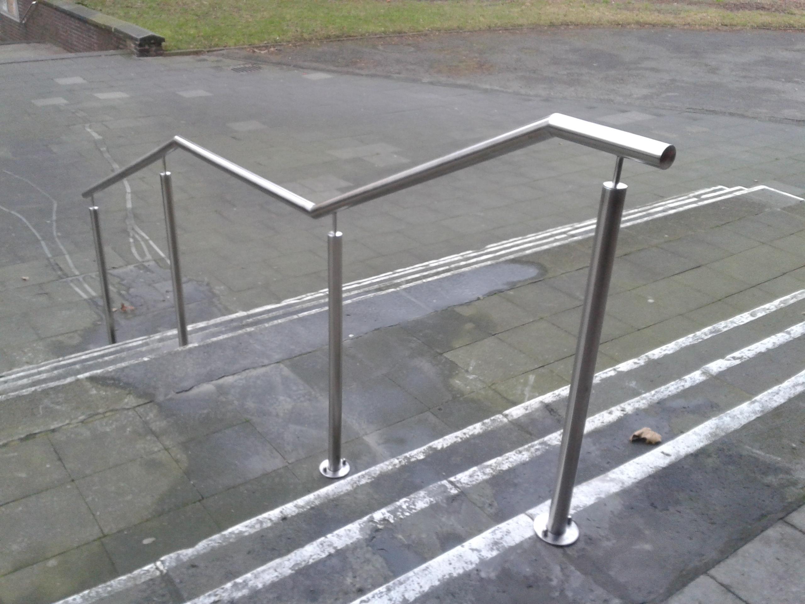 Edelstahl-Handlauf über mehrere Treppen-Podeste