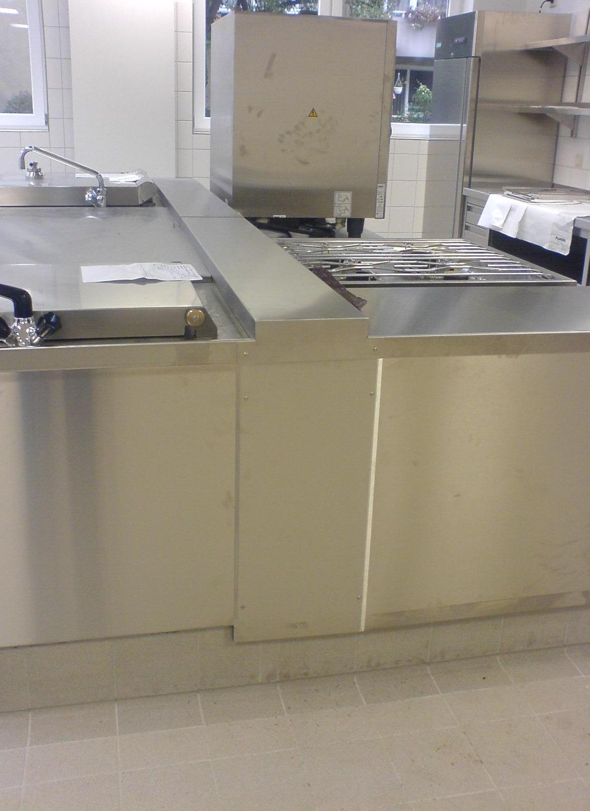 Edelstahl-Verblendung in Küchenarbeitszeile