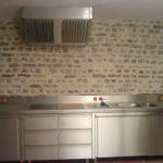 Edelstahl-Küchenzeile mit Abzugshaube